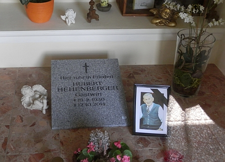 Takto je připomínán v kapli v Guglwaldu, která je upravena na pietní místo vysídlených šumavských Němců
