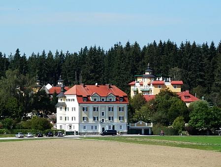 Guglwald s Hehenbergerovým hotelem a starou rakouskou celnicí v popředí