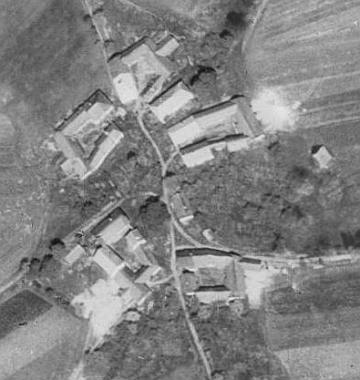 Babička z matčiny strany pocházela ze zaniklého dnes Veselí, zde na leteckých snímcích z let 1947 a 2008