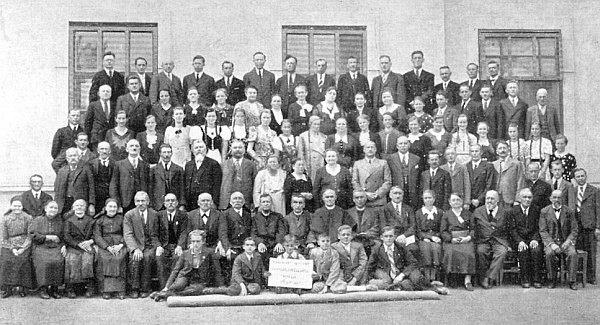 V prvé řadě na židli sedící osmý zprava uprostřed všech členů volarského chrámového sboru