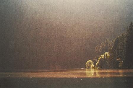 Černé jezero na jeho snímku