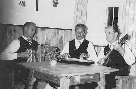 """Se svým hudebním triem """"ze Šumavy"""" (Heidler zcela vpravo)"""