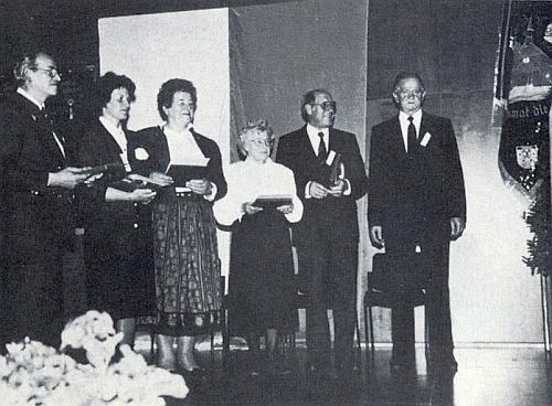 Ta, které je její báseň určena, autorčina maminka Hilda Pribilová, stojí třetí zprava při ocenění spolupracovníků krajanského měsíčníku Böhmerwäldler Heimatbrief