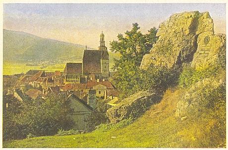 """Rodné Prachatice na barevné pohlednici z dob """"mezi válkami"""" i se skálou zvanou """"Schillerfelsen"""" po velkém německém básníkovi, po válce ovšem přejmenovanou na """"Žižkovu"""", asi proto, že místní Němci zakusili už kdysi dávno, co je to """"husitský hněv"""""""