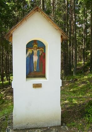 Dva snímky obnovené křížové cesty u poutní kaple