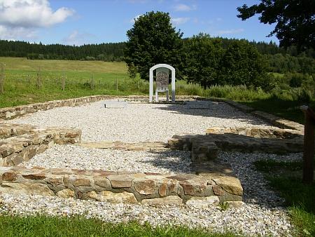 Pietně upravené místo, kde kostel stával (2012)