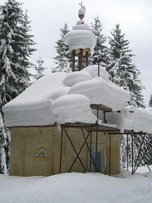 Stavba repliky poutní kaple sv. Anny v zimě 2005