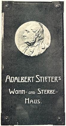 Pamětní deska na Stifterově domě v Linci je další z ilustrací Heinovy knihy ošumavském klasikovi