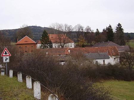 Jeho děd Oskar Heintschel von Heinegg získal roku 1897 Kněžice se Žikovem - na snímku dnes památkově chráněný tamní dvůr sezámečkemačtyřpatrovou sýpkou