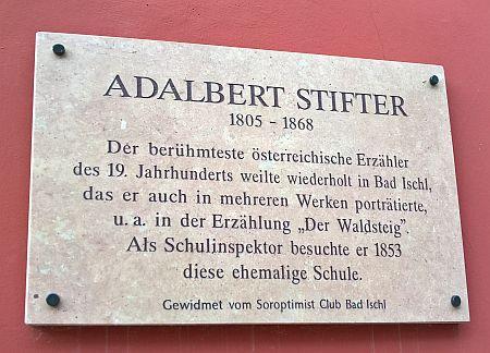 """Pamětní deska v lázeňském městě Bad Ischl s textem o zdejších Stifterových pobytech aojejich odrazu mj. v povídce """"Lesní pěšina"""""""