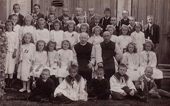 Uprostřed při svatém přijímání hořických dětí