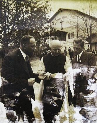 """P. Heinrich, Johann Wiltschko a režisér pašijových her Ernst Nowak v roce 1933 před hořickým """"Spielhausem"""""""