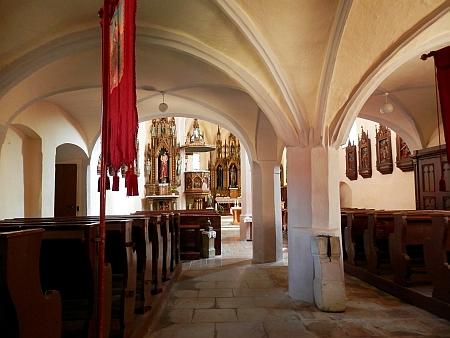 Před hořickou farou sedí vedle něho vikář Placidus Windhager a za nimi stojí ženský hospodyňský perzonál, zleva Rehbergová, (Anna) Kernová a Wößová