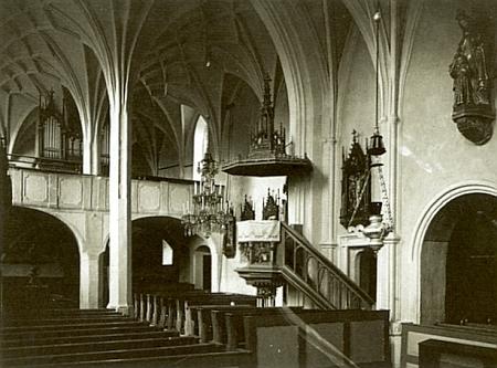 Interiér kostela sv.Kateřiny Alexandrijské v Hořicích na Šumavě na starém snímku