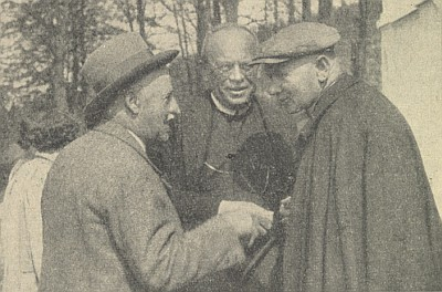 S katechetou Eckertem a režisérem pašijových her v Hořicích stojí prvý zprava
