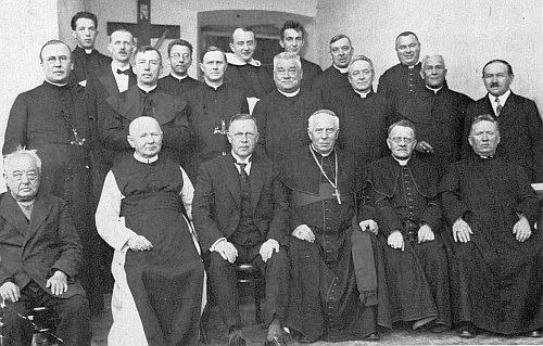 V Kájově sedí druhý zleva (hned nad ním stojí Thomas Geist) při návštěvě biskupa Šimona Bárty      (úplně vzadu stojí mladičký Josef Dichtl, který jako pedifer nesl při ceremonii biskupskou hůl)