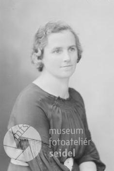 Její maminka Maria Králová, roz. Vrážková ze dnes zaniklé Svíby (Schweibgrub) na Seidelově snímku, datovaném 4. července 1939