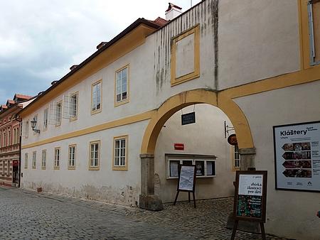 Dvě křídla domu čp. 67, součásti klášterního areálu, na snímcích z roku 2018