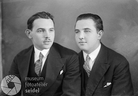 S bratrem Heinzem na snímku z fotoateliéru Seidel datovaném 15. ledna roku 1933