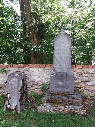 """Na hřbitově """"u Dobré vody"""" v Horní Plané, kde byl pohřben, se zachovalo jen několik náhrobků"""
