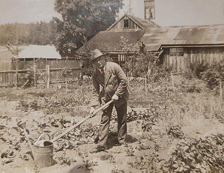 Při práci na zahradě