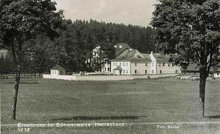 Panský dům, ve kterém v Arnoštově Stifter bydlíval, na pohlednici Josefa Seidela...