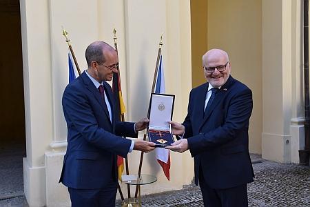 V září 2020 byl vyznamenán Velkým spolkovým křížem za zásluhy s hvězdou za příspěvek k česko-německé porozumění a smíření (vlevo velvyslanec SRN Christoph Israng)