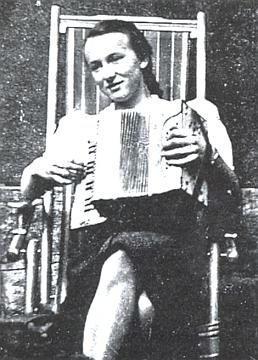 Osmnáctiletá se svým akordeonem