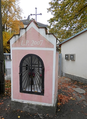 Opravená kaplička před strýčickou školou