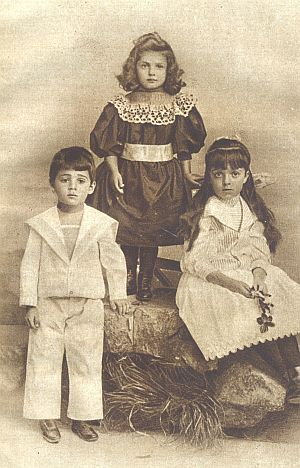 Jeho děti na snímku z roku 1897, vlevo syn Hans, jehož léčil Sigmund Freud a který se roku 1930 zastřelil, vpravo dcera Paulina, zemřelá v témže roce na předávkování heroinem, posléze uprostřed dcera Trude (Margarete), která zahynula v Terezíně roku 1943