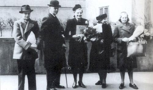 Pražská promoce v březnu 1943 s otcem, matkou a sourozenci Karlem aAglae