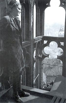 Na vnějším triforiu svatovítské katedrály nad milovanou Prahou v létě roku 1942