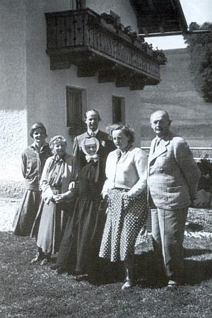Na snímku z července 1955 v bavorském Bergenu stojí zcela vlevo vedle své matky