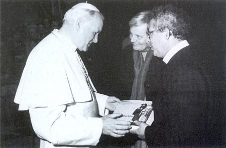 """V roce 1985 předává s páterem Galinskim papeži Janu Pavlu II. katalog výstavy """"Pouť nezná hranice"""""""
