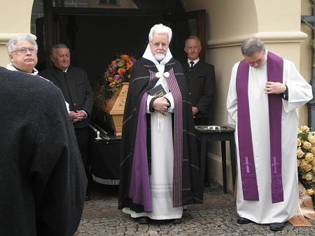 Tři snímky z pohřbu v Bergen, kde církevní obřad vedl Angelus Waldstein-Wartenberg