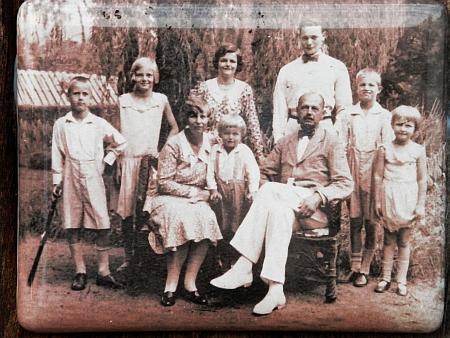 Její hrob v Bergenu se smaltovanou fotografií rodiny z roku 1931, pořízenou tehdy u příležitosti šedesátin otcových azachycující ji druhou odleva s rodiči a sourozenci (zleva doprava jsou to bratr Heinrich, matka Bertha, sestra Maria, bratr Karl-Lothar, otec Ottokar, bratr August, bratr Wolfgang a sestra Aglae)