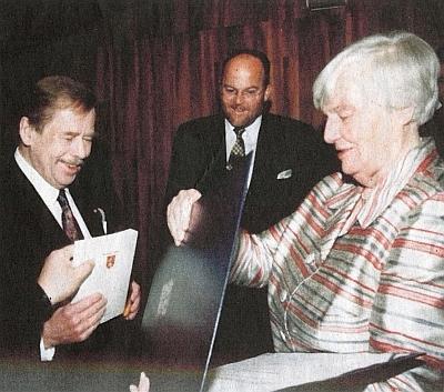 17. ledna 2003 předal Václav Havel na samém sklonku své prezidentské funkce medaili za zásluhy i Johanně von Herzogenbergové