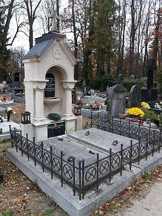 Hrob na hřbitově v Hluboké nad Vltavou