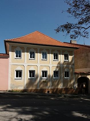 Budova staré hornoplánské školy s pamětní deskou (viz i Franz Grantl)