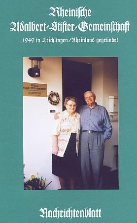 """Martha a Josef van Heukelumovi před svým domem vLeverkusen-Lützenkirchen, který je zároveň sídlem """"Rýnského sdružení Adalberta Stiftera"""", v březnu 2003 na snímku, který pořídil Arthur Brande"""