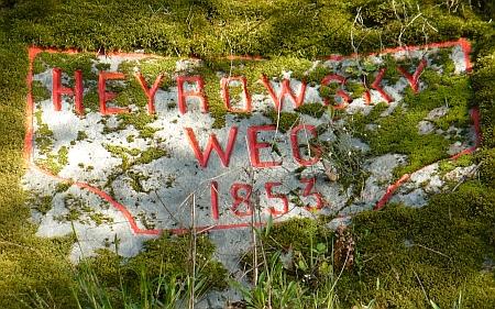Památný nápis ve skále při cestě do Staré obory u Hluboké nad Vltavou, udržovaný po léta Františkem Horníkem, který je iautorem snímků