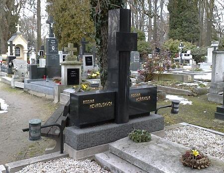 Hrob rodiny Heyrovských na hřbitově v Hluboké nad Vltavou