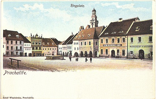 """Východní strana prachatického """"rynku"""" s kostelem sv. Jakuba na pohlednici prachatické firmy Wimbersky"""