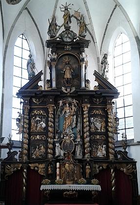 Hlavní oltář kostela sv. Jakuba v jejích rodných Prachaticích