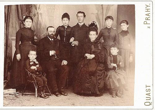 Rodina Anscherlikova ze Soběslavi, stojící druhá zprava Matylda, provdaná Hirschová, pod ní sedící první zprava její sestra Hermína, po Matyldině smrti druhá žena rabína Hirsche