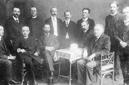 S profesorským sborem českokrumlovského gymnázia (sedící uprostřed)