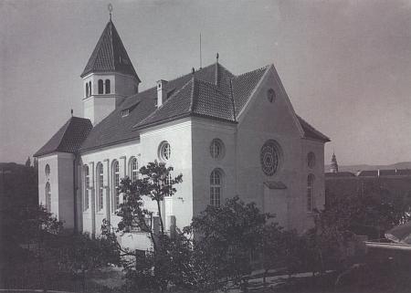 Českokrumlovská synagoga podle projektu architekta Viktora Kafky postavená v letech 1908-1909 krátce po svém otevření na snímcích Josefa Seidela
