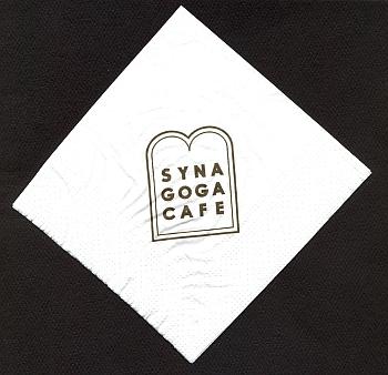 I s obnovenou původní výmalbou slouží dnes někdejší rabínův byt v suterénu synagogy jako příjemná kavárna