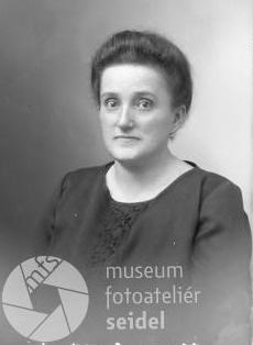 Jeho druhá žena Hermine, zesnulá v prosinci roku 1931, na Seidelově snímku, datovaném 23. října 1927
