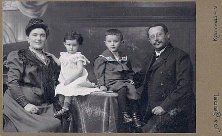 Rabín se svou první ženou Matyldou a dětmi Ervínem a Frídou naSeidelově snímku, datovaném 21. července 1907
